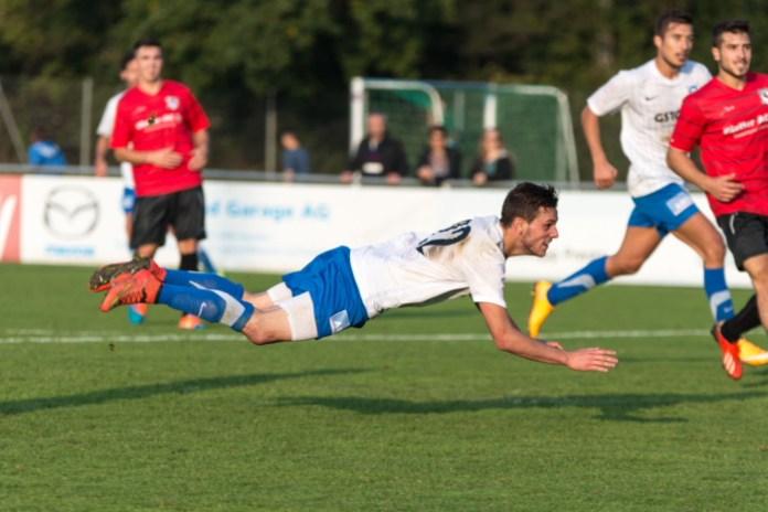 Michael Bärtsch USV erzielt hier per Hechtsprung ein Tor. In Thalwil erzielte er beim wichtigen 2:3-Erfolgres seines Teams alle drei USV-Treffer. Bild: JürgenPosch.