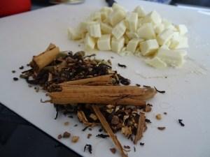 In der Küche wird experimentiert. Chai Latte + weisse Schokolade = GewürzSchoggiEis. Eine herrliche Winter Kombi als wunderbarer Nachtisch. Das Rezept folgt in Kürze.