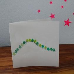 Tannenwald mit Wasserfarbe, farbigem Papier und Stanzer