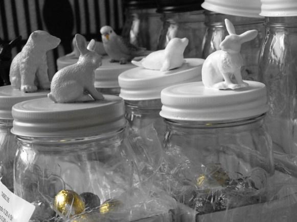 Neue Produkte am fertig verpacken. Was für tolle Ostergeschenke. Gläser gefüllt mit Schoggieiern und super süssen farbigen Schleich Tierchen. Was zu schade zum verkaufen...