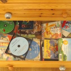 Während GG und ich die Wäsche versorgen hört sich Mini-Me rauf und runter durch seine CDs.