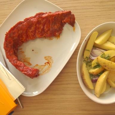 Mittagessen gibt es heute vom Grill. Dazu viel frisches Gemüse klein geschnitten. Daraus kann sich jeder seinen eigenen Wunschsalat zusammen stellen.