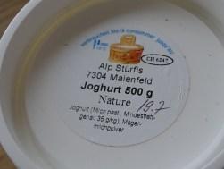 Mein geliebtes Alp Joghuhrt. Das gibt es nur im Sommer eine kurze Zeit. Das wir auf der Alp - da waren wir gestern - zubreitet und bei uns im Dorfladen verkauft. Guckst du - das Datum. Ein Jubel Tag im Hause LiebDings.