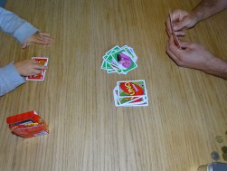 Die Jungs fordern sich bereits am Morgen raus. Kinder Uno. Kennst du das? Geniales Spiel bei welchem immer mehr Regeln hinzugefügt werden können.