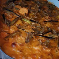 zMittag. Restenküche. Pizzochel, Süsskartoffel, Aubergine, Tomatensauce, Rahm, Zwiebeln und viele frische Kräuter.