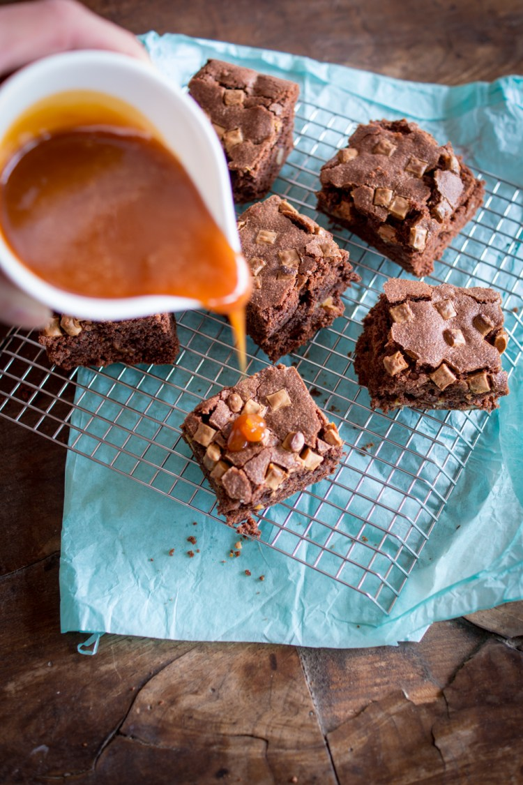 walnuss-brownies-mit-karamellsauce-3