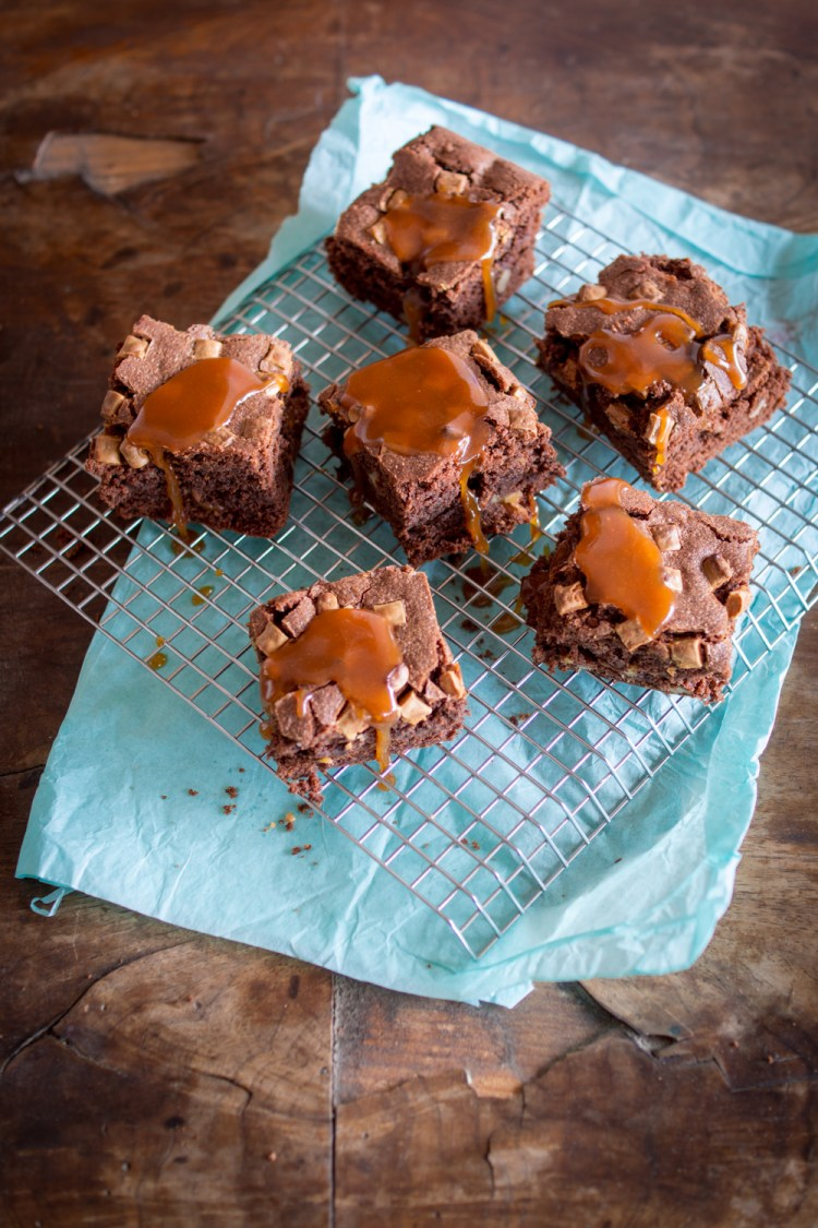 walnuss-brownies-mit-karamellsauce-5