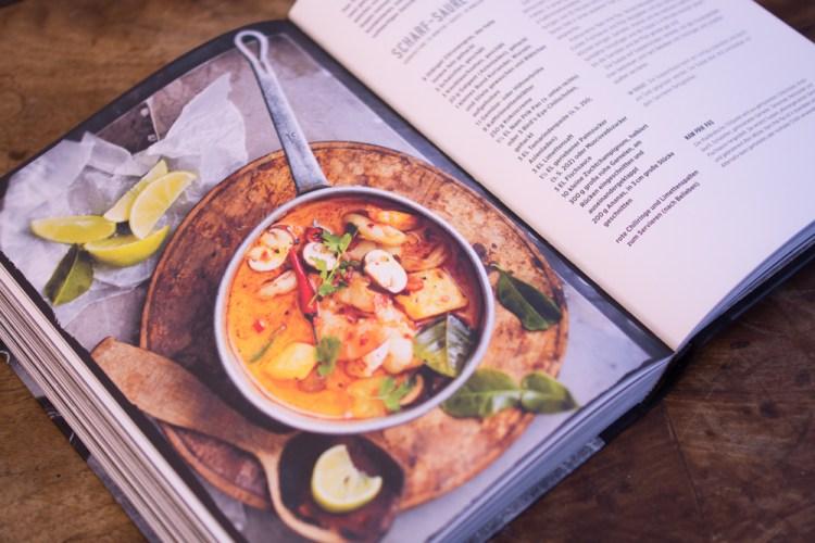 Scharf-Saure Suppe mit Garnelen und Ananas