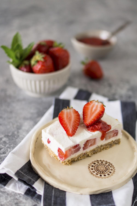 Sommerliche Erdbeer-Joghurt Schnitten | Einfaches Rezept ohne Backen