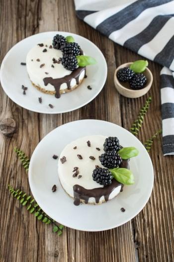 Mini-Törtchen mit Brombeeren und Schoko-Drip | No bake Rezept