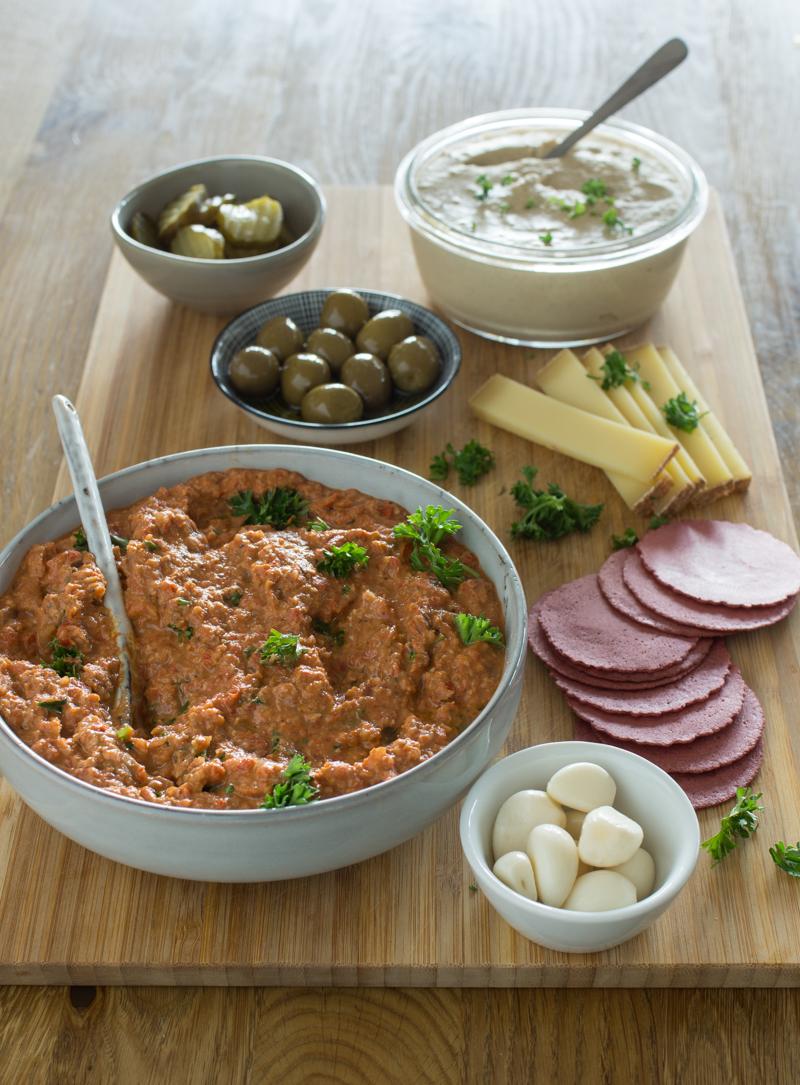 Paprikadip und Kichererbsendip - Muhammara und Hummus als Gästeplatte