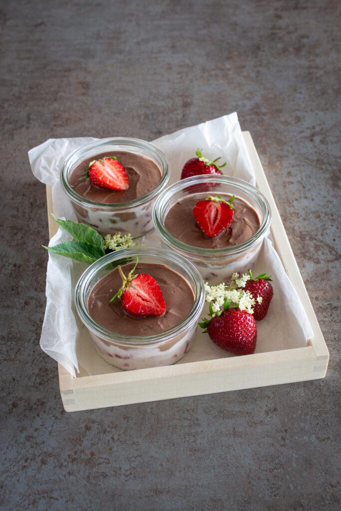 Einfaches Schoko-Schichtdessert mit Erdbeeren