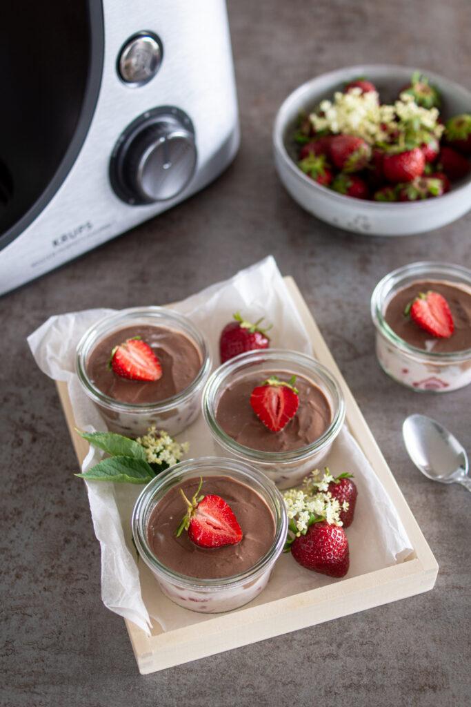 Sommerliches Schichtdessert mit Erdbeeren