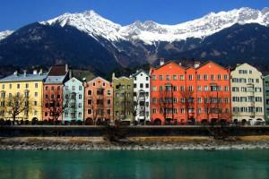 Een rij hoogbouw woningen in diverse kleuren geschilderd