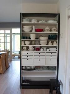 Servicekast geschilderd in wit en grijs uit kleurenpalet