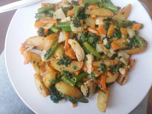 Aardappeltjes met groenten en kipfilet in honing mosterdsaus