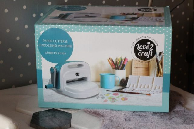 Paper cutter and embossing machine van Action
