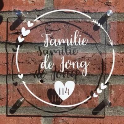 Naambordje plexiglas op de muur