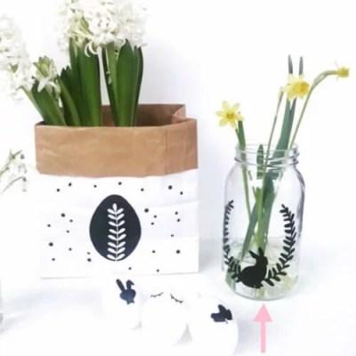 Paassticker konijn met krans, Paasdecoratie maken, DIY paasdecoratie, Paasslinger, Pasen, Pasen DIY, Liefs van Cindy, DIY Stickers Pasen