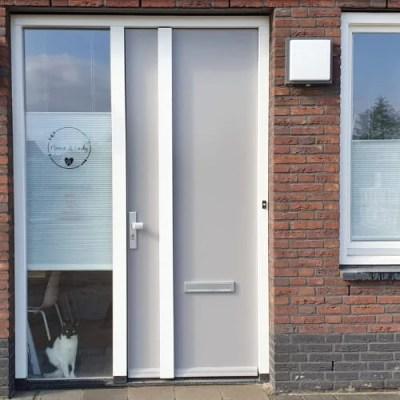 Naamsticker voordeur glas