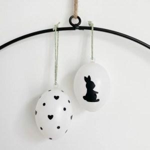 paaseieren aan ring zwart wit