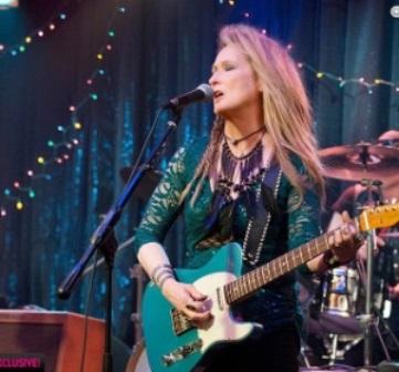 meryl-streep-e-fotografada-tocando-guitarra-no-filme-ricki-and-the-flash-1423067852788_300x420