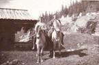 Gårdsarbeidere til hest ved badstogo, i slutten av 40 åra