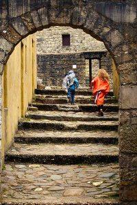 Verklede kinderen rennen in het joods dorp Museumpark Orientalis