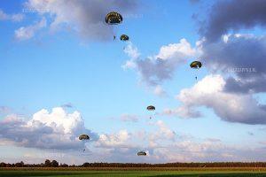 De parachutisten bij Son landen op een terrein achter de Paulushoeve