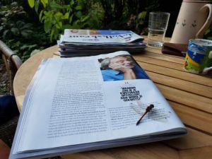 Een libelle en Midas Dekkers in de Volkskrant