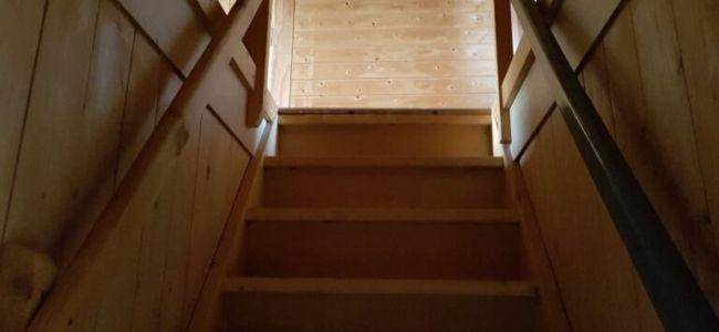 De trap in mijn kabouterhuisje, confronterend