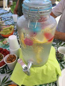 glazen limonade tap van Action met ijsblokken en citroen