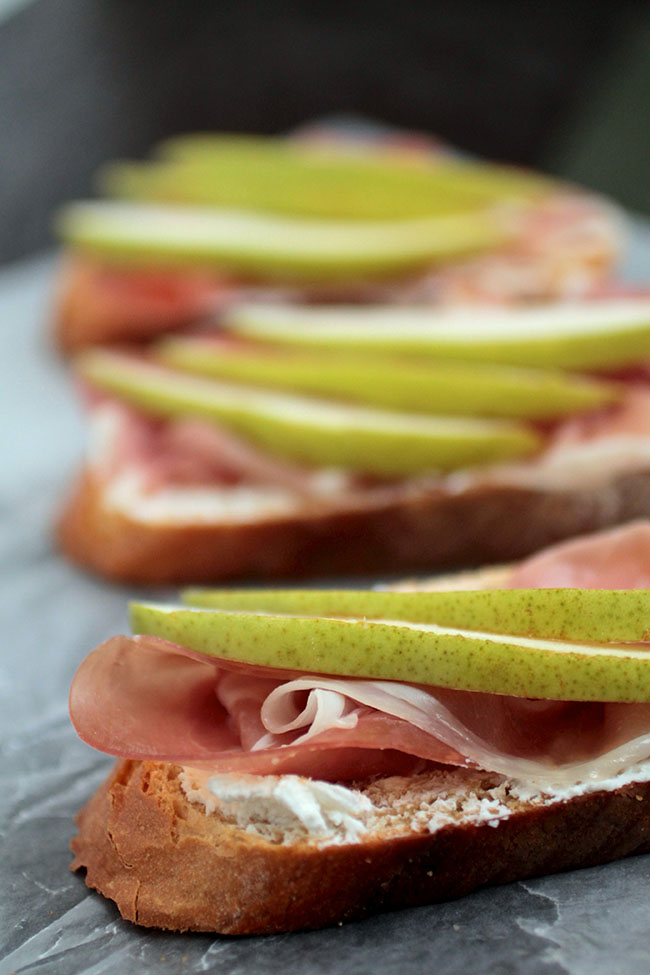Pear and Prosciutto Crostini with Goat Cheese | This easy crostini recipe is sure to be a hit! The perfect easy appetizer recipe for your next get-together.