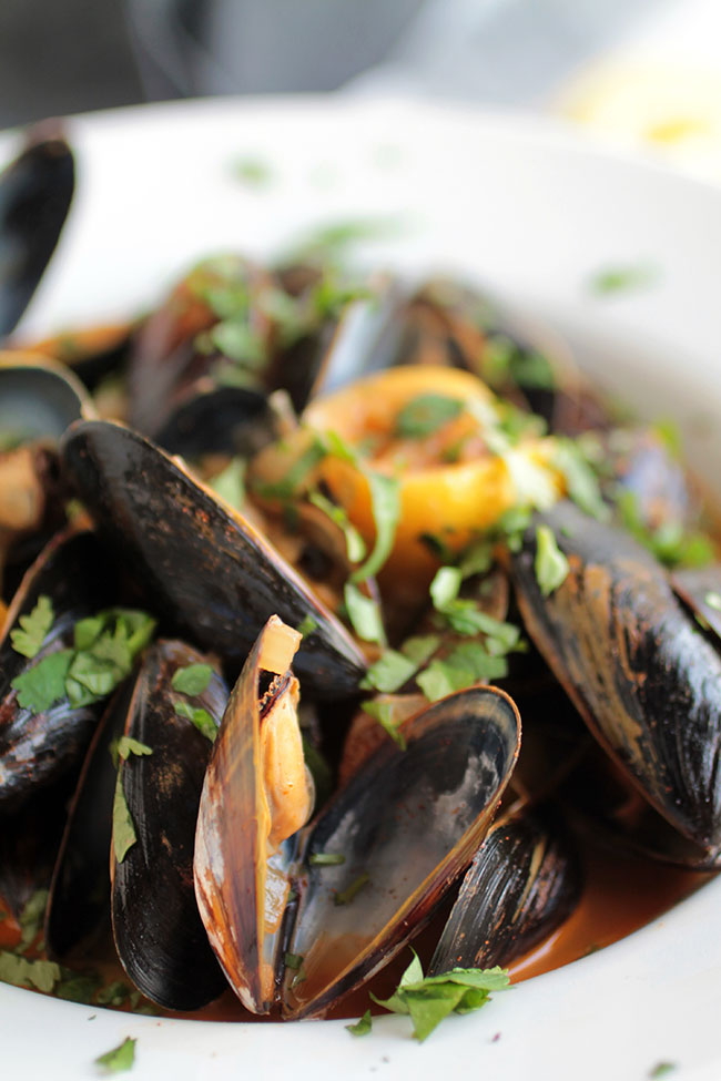 How to cook fresh mussels - an easy mussels recipe in an amazing white wine lemon sauce!