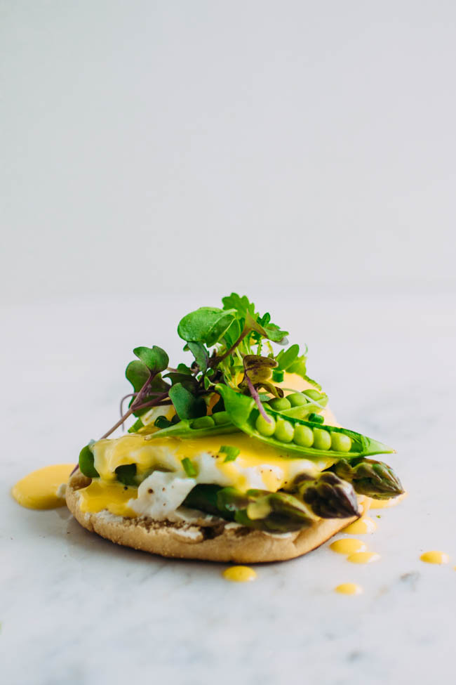 Easy eggs Benedict recipe with homemade hollandaise sauce (ready in 30 seconds with an immersion blender!) and plenty of fresh asparagus, spring peas, and goat cheese.