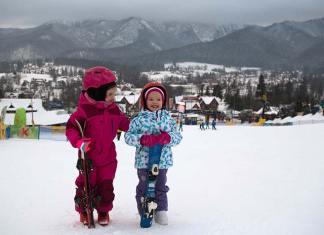 Dwoje dzieci z nartami w Zakopanem