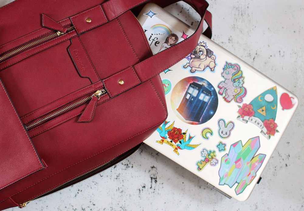 Estarer Womens Laptop Bag in red - alongside my laptop
