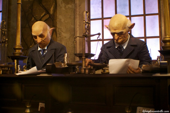 diagon alley universal, Goblins at Gringotts