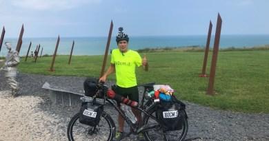 Fabio Wolf, l'ex pugile torinese che sfida la sclerosi multipla in sella alla sua bicicletta.