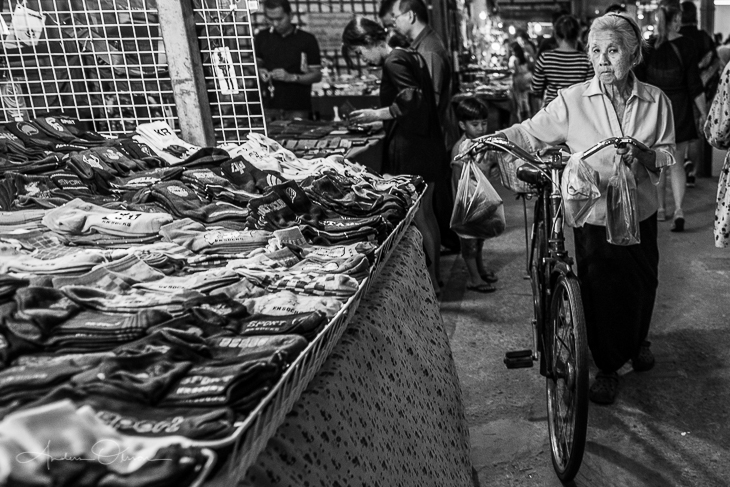 Another picture of a market in Thailand. When you see a convinced old lady with a bicycle walks by you just need go to the side… and of course take a picture.