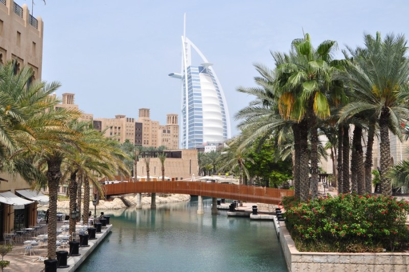 Hotel em Dubai - Vista do Burj Al Arab a partir do Souk Madinat no bairro de Jumeirah Beach e Downtown Dubai