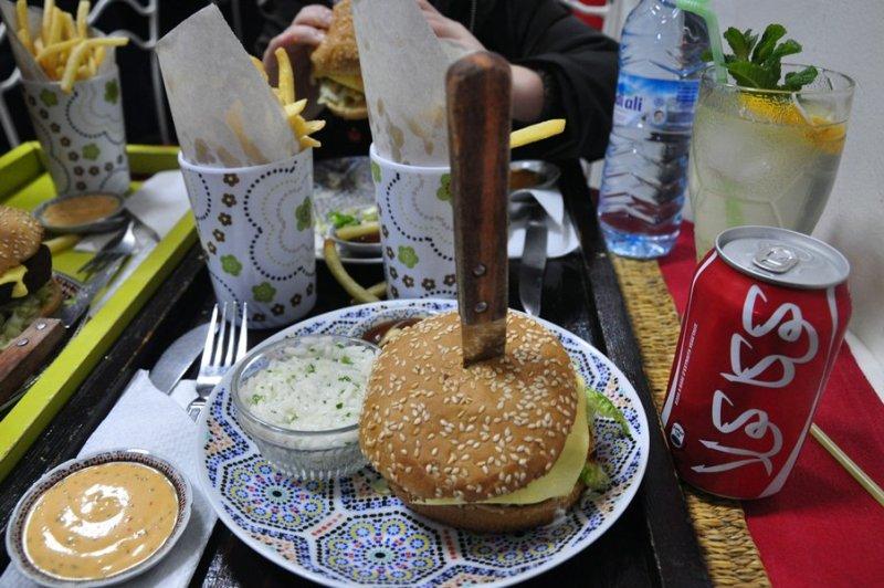 Dicas Viagem Marrakech em Marrocos - Melhor hamburger no restaurante Roti D'or