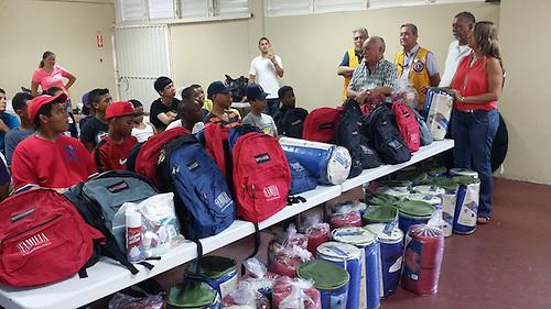 Puerto Rico ayuda al equipo juvenil de béisbol dominicano afectado por fuego en Ferry