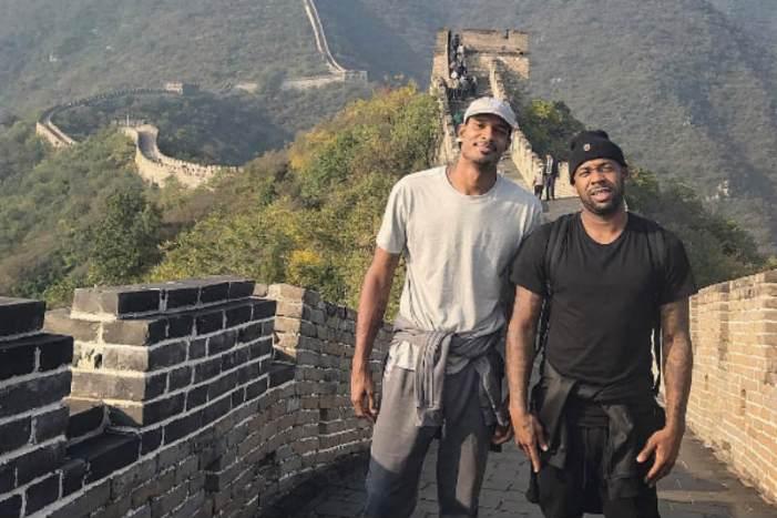Arremeten contra jugador de la NBA que grafiteó en la Muralla China