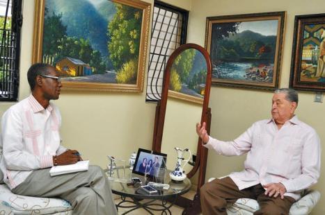 El doctor Chito Asmar ofrece declaraciones al periodista Ramón Rodríguez, en su residencia del ensanche Naco de esta capital.