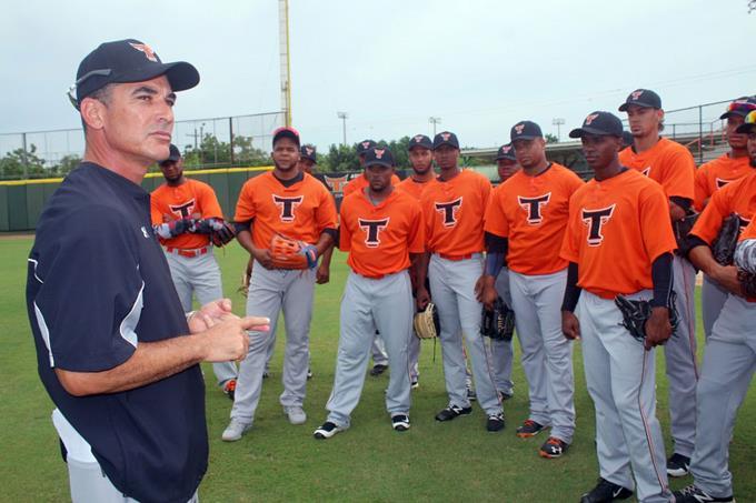 Mike Guerrero espera su turno de dirigir en MLB