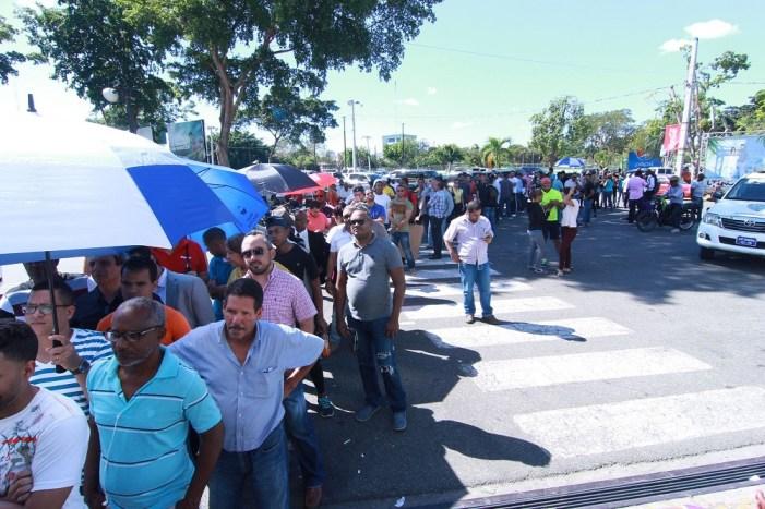 Fanáticos se amotinan frente al Estadio Quisqueya contra el mercado negro