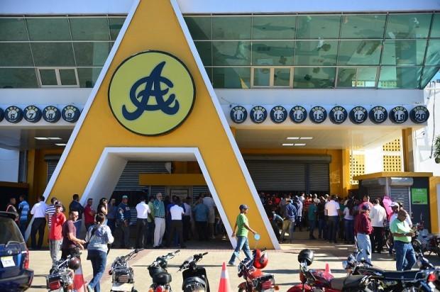 Largas filas en Estadio Cibao en busca de boletas para serie final