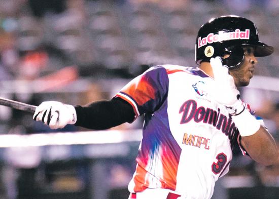 De jugador de softbol a firmar para el béisbol