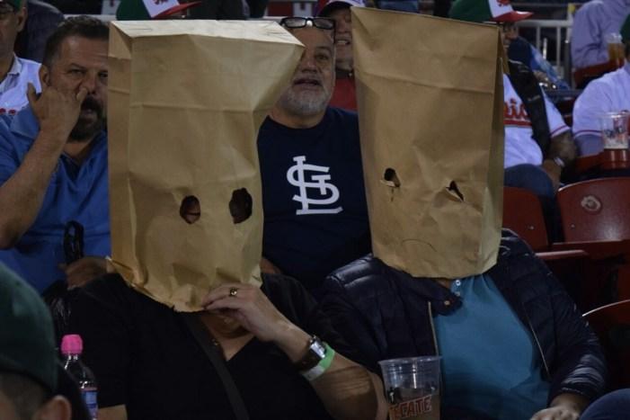 Mexicanos se tapan la cara en último juego de México en Serie del Caribe